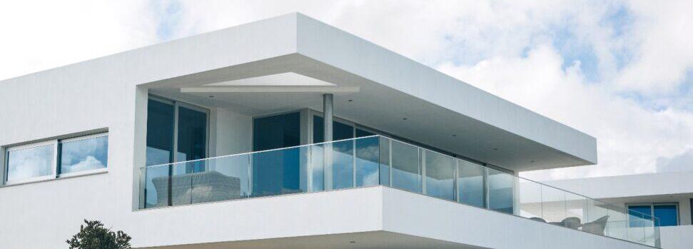 Edificio residencial blanco en el sur de Portugal